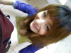 لبخند دختر در یک دامن کوتاه سکس با لباس تنگ با یک انتخاب