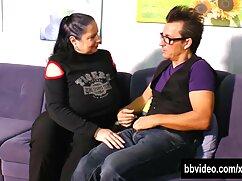یک زن قرار دادن یک سکس با لباس کردی سوزن در پا تورم